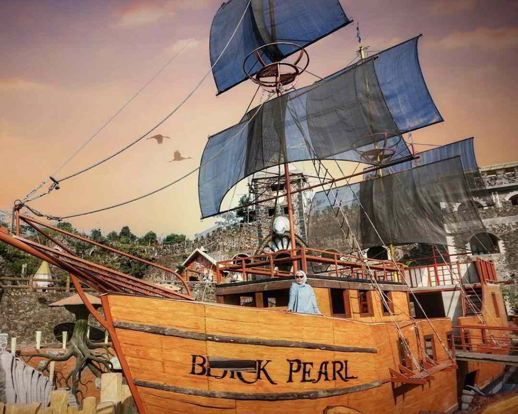 Kapal Black Pearl di The Lost World Castle